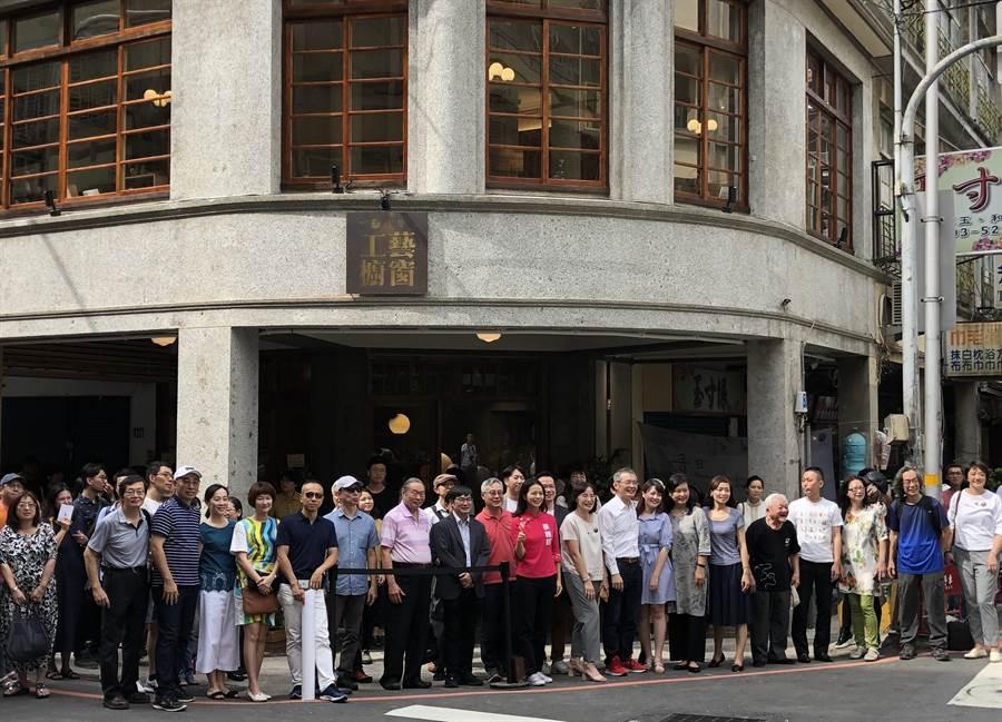 位在新竹市中央路、大同路口,已有63年歷史的前金菊美髮店老建物,透過文化部「老建築再生計畫」,7日變身成為「或者工藝櫥窗」。(陳育賢攝)