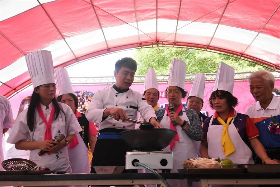 邁入第13年的埔鹽鄉糯米文化節活動,鄉長許文萍(左起)和藝人陳隨意、彰化縣長王惠美等人一起展露廚藝現場示範以在地的特產五行麵,烹煮海鮮麵。(謝瓊雲攝)