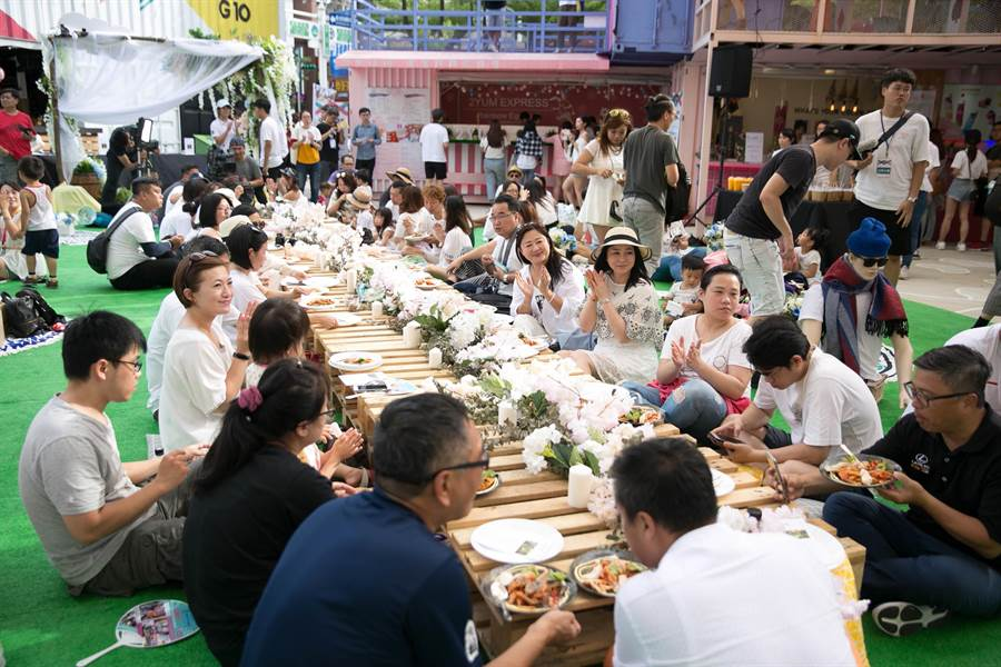 桃園G10貨櫃市集7日舉辦夏日微醺草地音樂派對,結合歐風遮陽頂棚及多元的企業特色貨櫃。(楊宗灝翻攝)