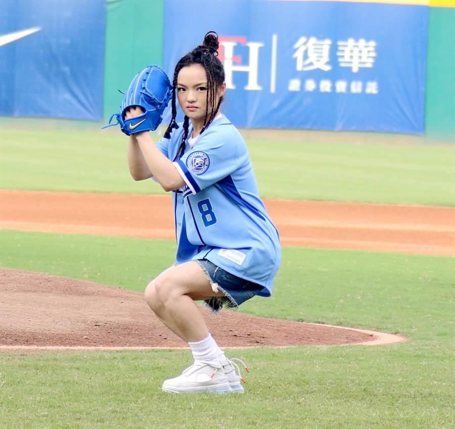 徐佳瑩學漫畫姿勢,深蹲為富邦悍將開球。(富邦悍將提供)