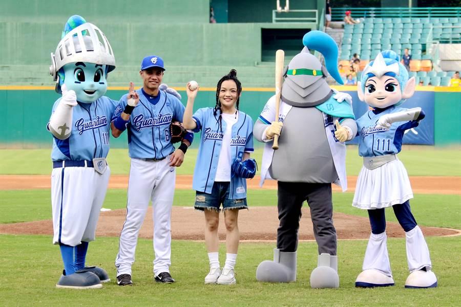 徐佳瑩受邀為富邦悍將開球。(富邦悍將提供)