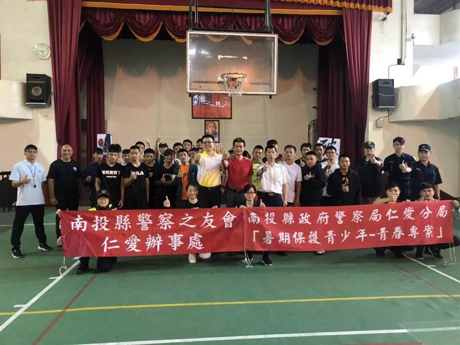 仁愛警方青春專案寓教於樂,舉辦籃球比賽。(廖志晃翻攝)