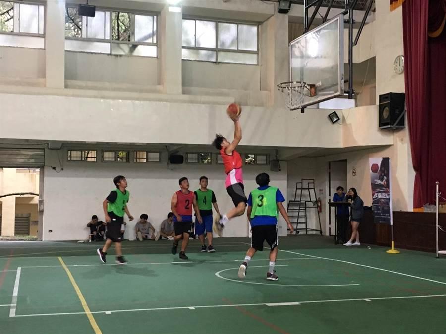 仁愛警分局舉辦3對3籃球鬥牛賽,學子熱情參與。(廖志晃翻攝)