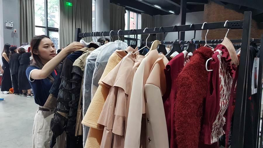 亞洲大學時尚設計學系王逸璇邊整理服裝時也很有自信說明這次帶來五套服裝。(黃珈綺攝)