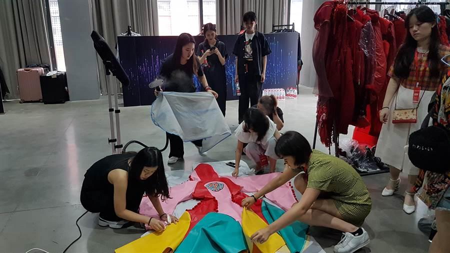 輔仁大學織品設計學院仔細燙熨服飾每個細節希望展現最好的作品。(翁乙心攝)