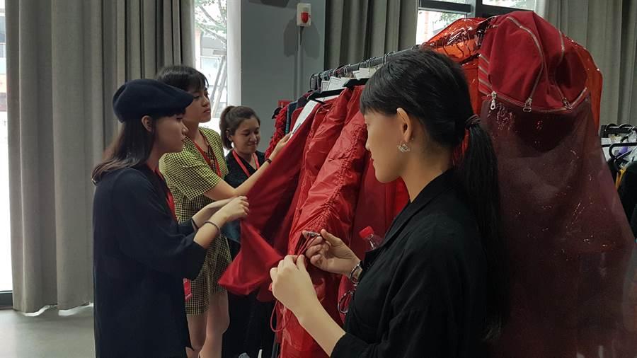 輔仁大學織品設計學院學生面對自己服飾一點也不馬虎,非常仔細確認每個細節。(黃珈綺攝)