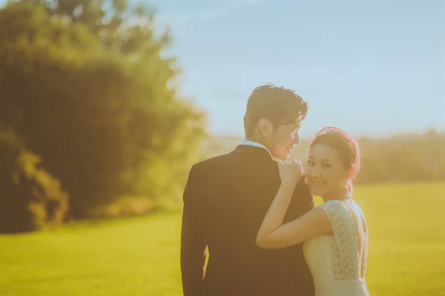 周明璟與F1賽車隊工程師老公的浪漫婚紗。(經紀人提供)