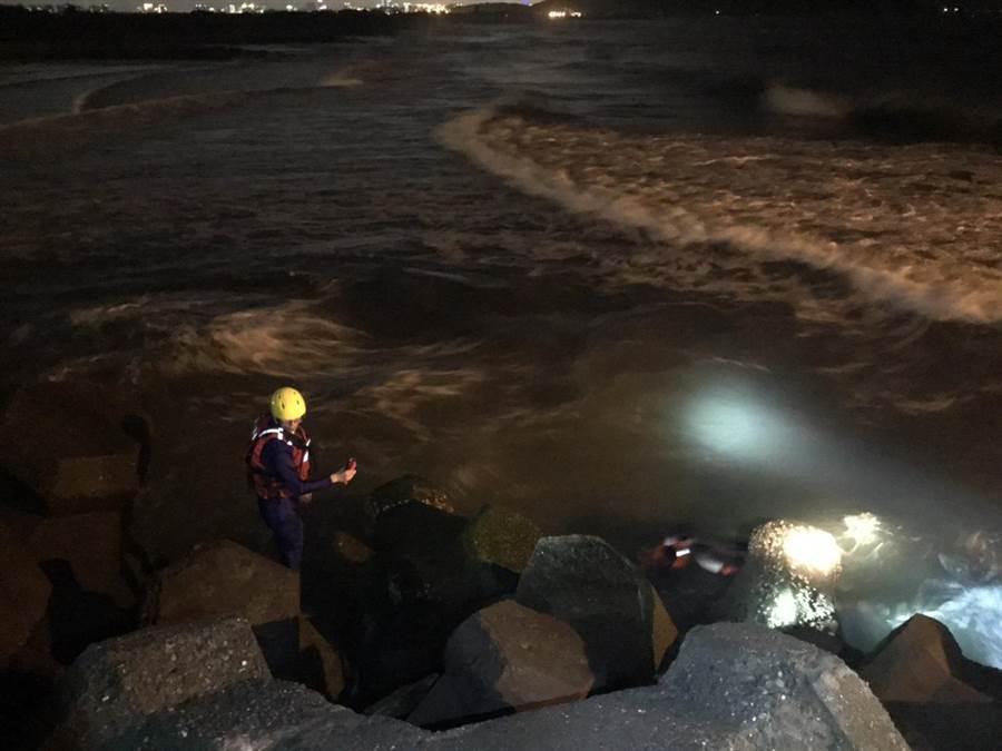 一名16歲男子晚間與友人至蚵仔寮漁港沙灘戲水,疑似不慎遭浪沖走,消防隊員及海巡署人員正在現場搜救中,尚未發現該男子身影。(袁庭堯翻攝)