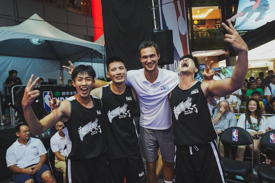 賈林納利跟奪下一般男子組冠軍的魯肉飯隊一起歡喜慶祝奪冠。(大漢行銷提供)