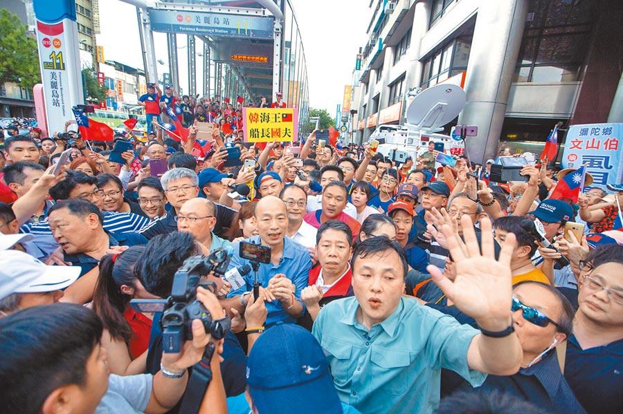 高雄市長韓國瑜從捷運站步行至六合夜市,一現身立刻引爆韓粉歡呼,現場數百人一湧而上,警方人龍強勢開道依然寸步難行。(袁庭堯攝)