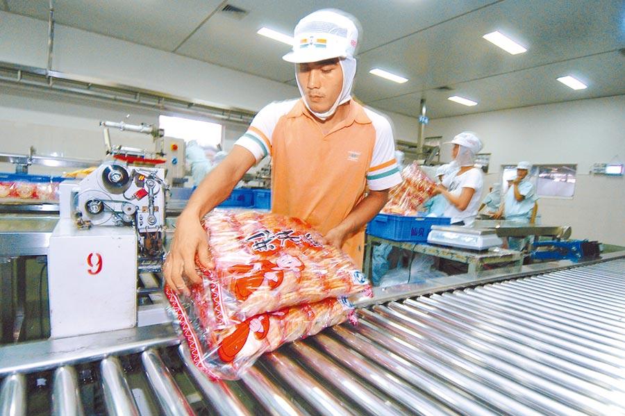 圖為旺旺集團廣西食品廠,生產線上員工進行雪餅的篩選及包裝。(本報資料照片)