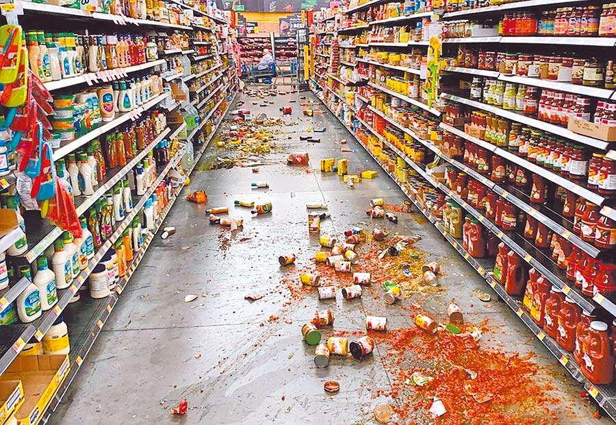 南加州尤卡山谷一家大賣場5日在強震撼動後,許多食品自貨架上掉落,通道一片狼藉。(美聯社)