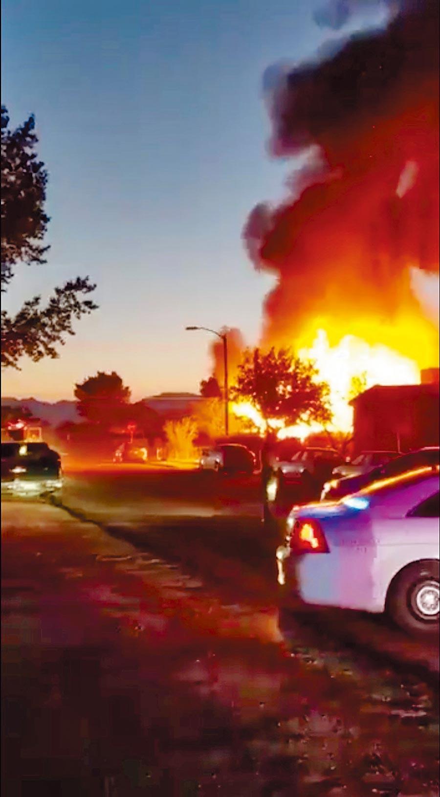 南加州大地震,震央附近的里奇克萊斯特市一處露營車公園,疑因瓦斯管破裂引發大火。(路透)