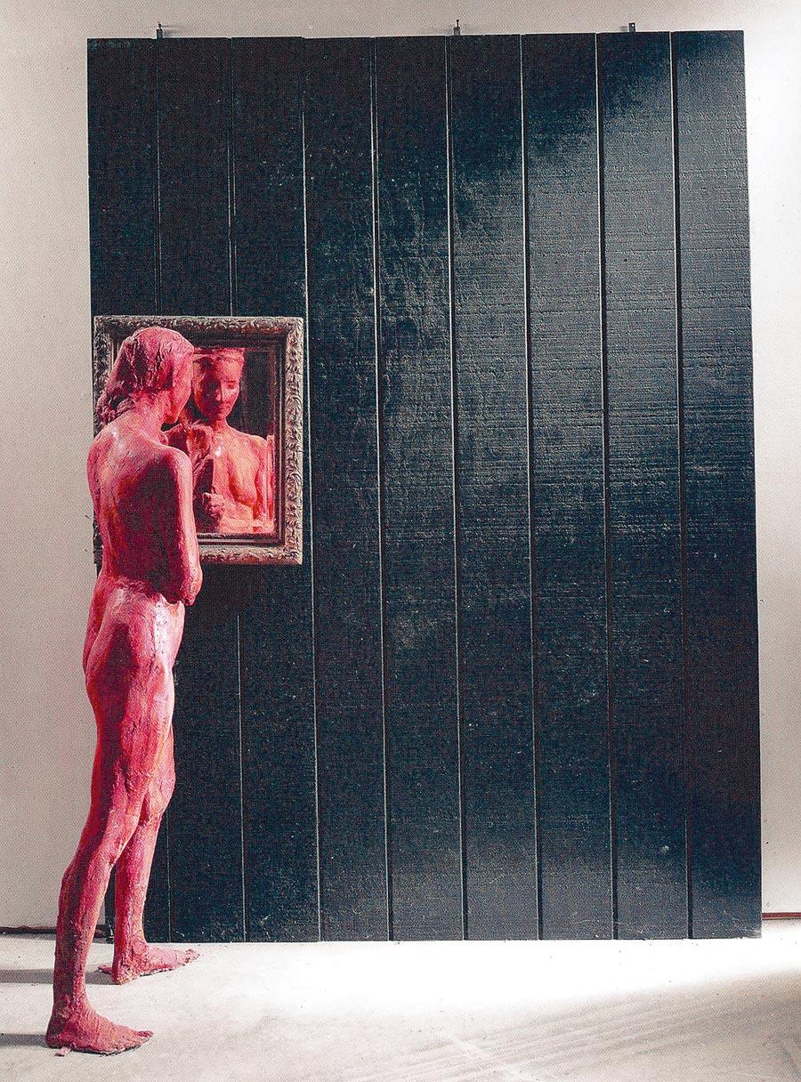 喬治席格作品《站著照鏡子的女人》。(時藝多媒體提供)