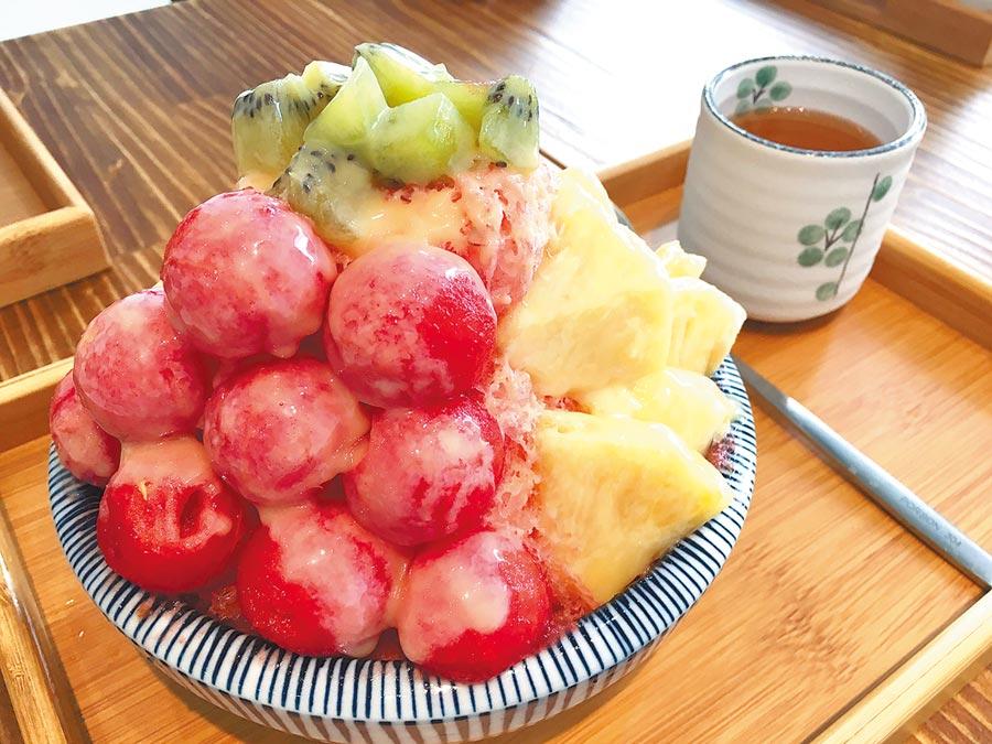 以刨冰機刨剉出片片雪花般的冰鋪底,上面擺上冰水果切塊或水果球,視覺、口感都讓人滿足。(廖素慧攝)