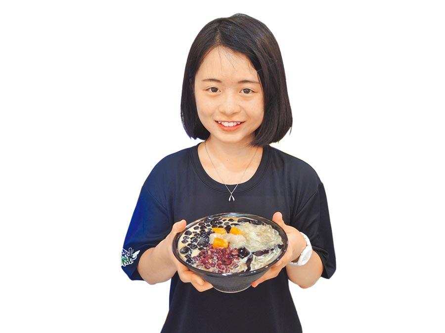 桃園市龍潭區「無敵仙草冰」採用自家熬煮的仙草,配料全都是台灣本地產,並通過安全驗證。(邱立雅攝)
