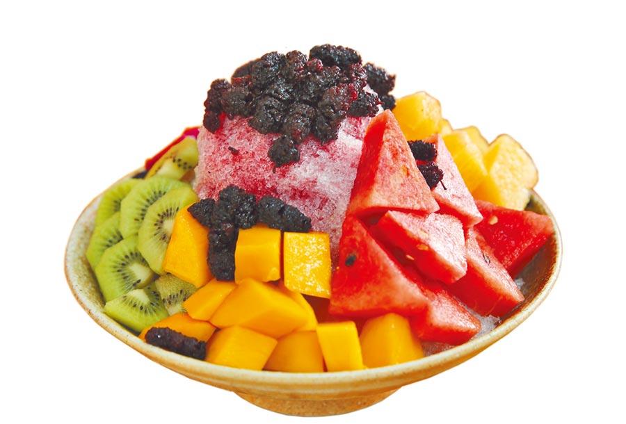 台中市「兩碗公冰」的水果桑椹冰,清冰上淋上用冰糖熬煮的桑椹果,再加當季5種水果,是店內人氣招牌。(黃國峰攝)