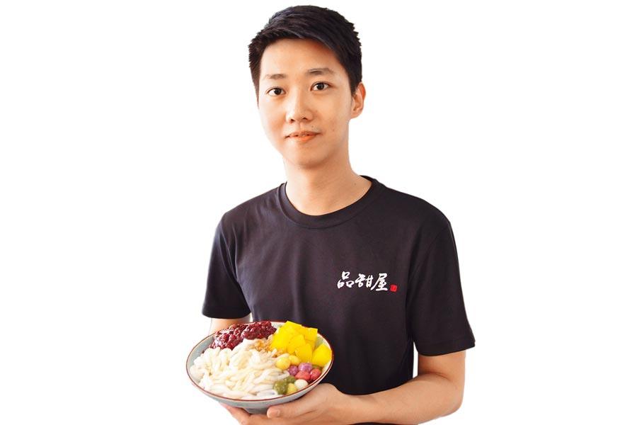台東知名老店第3代的吳紹嘉,為找回母親的兒時記憶,自行創業並研發米苔目粉粿彩色湯圓冰。(楊漢聲攝)