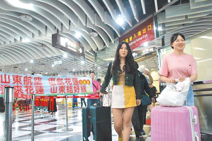 復航的山東濟南至花蓮航線,首班共157名遊客。(張祈攝)