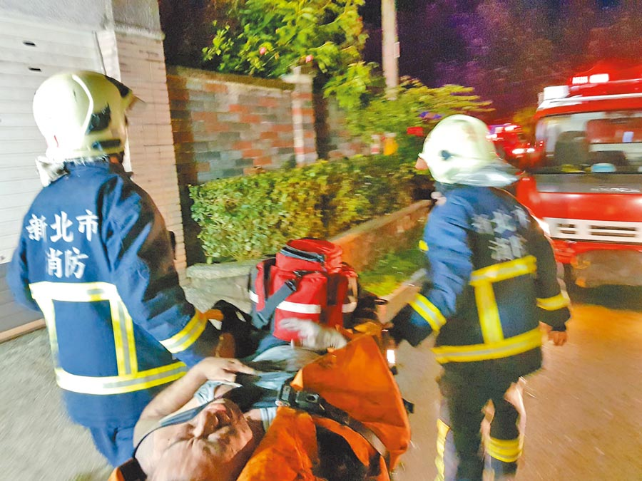 新北市石碇區「基督教得勝關懷之家」6日凌晨1時許驚傳火警,釀成2死3傷悲劇;消防人員將受困者救出。(葉書宏翻攝)