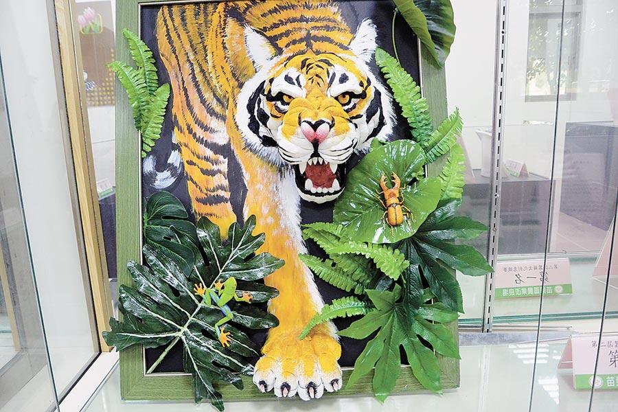 蕭民遠利用蠶繭創作的「雨林之王」拿下第二屆的蠶繭文化創意競賽第一名,3D虎王栩栩如生。(巫靜婷攝)