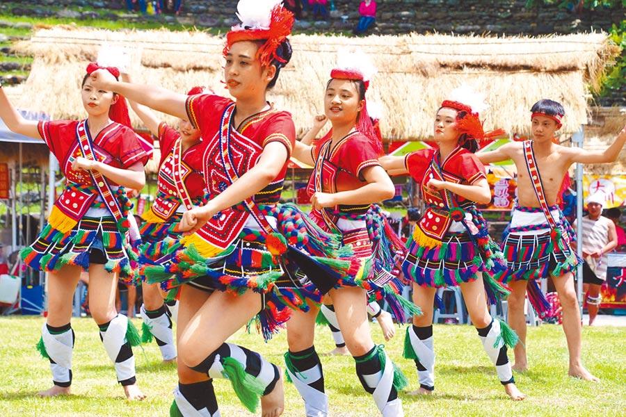 旮都瑪樣部落樂舞宴6日在東管處舉行,族人勁歌熱舞,展現熱力與活力。(莊哲權攝)