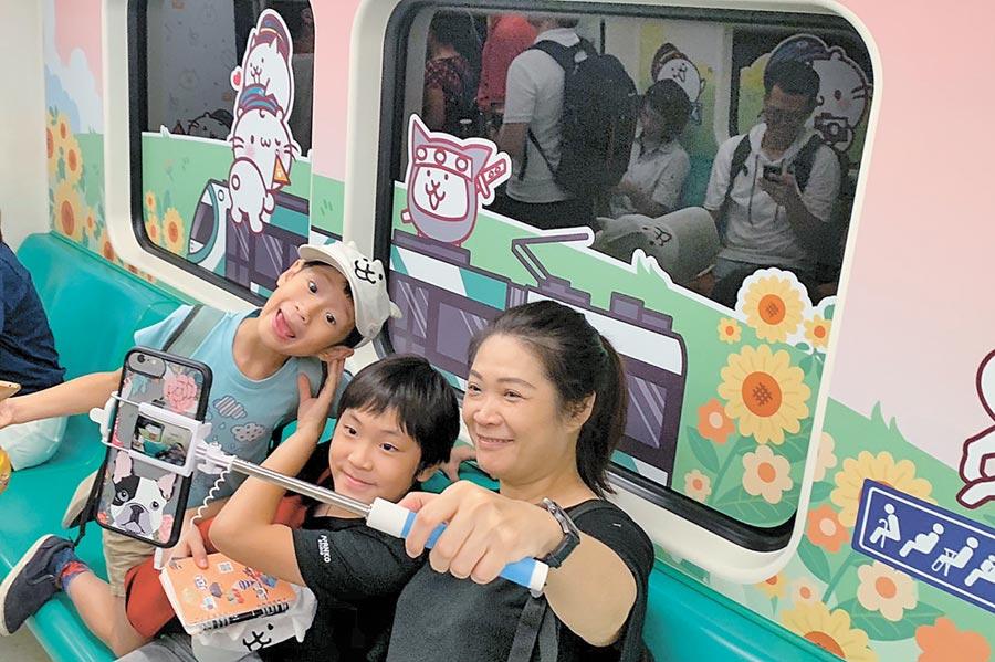 高雄捷運暑假推出3款彩繪列車,「貓咪軍團彩繪列車」吸引不少貓奴關注,預計能衝高搭車人氣。(袁庭堯攝)
