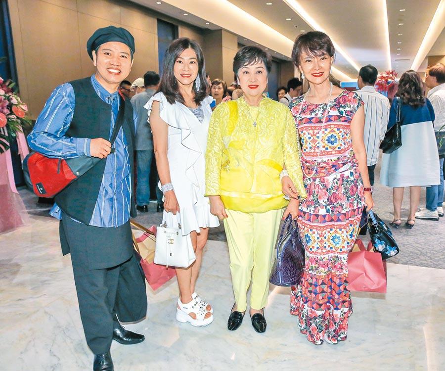 鄧美芳(右起)、甄珍、蔣黎麗、陳凱倫昨盛裝參加梁修身女兒的婚禮。(盧禕祺攝)