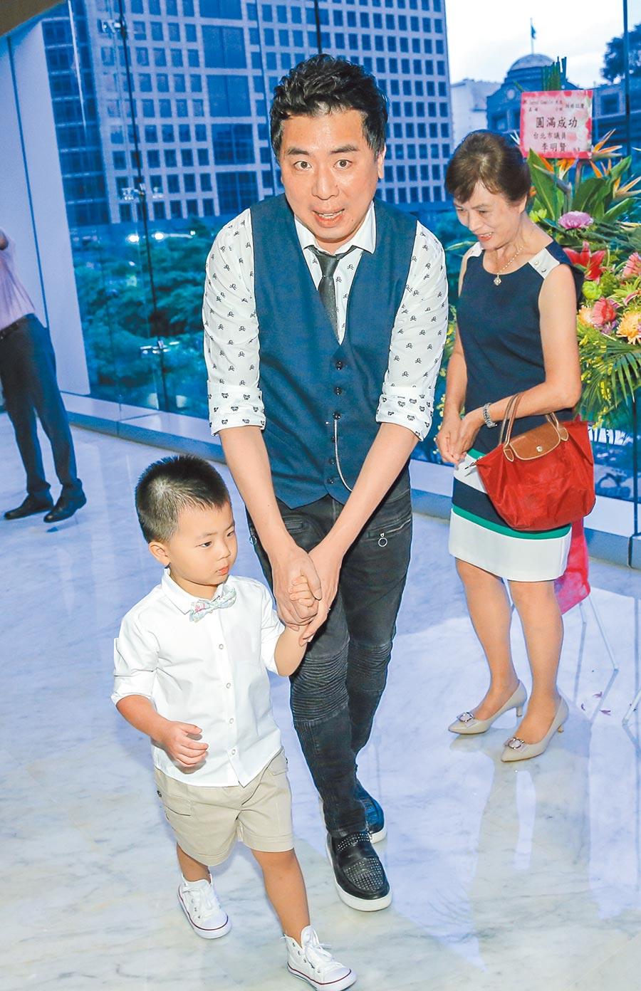 梁赫群昨帶兒子參加妹妹的婚宴。(盧禕祺攝)