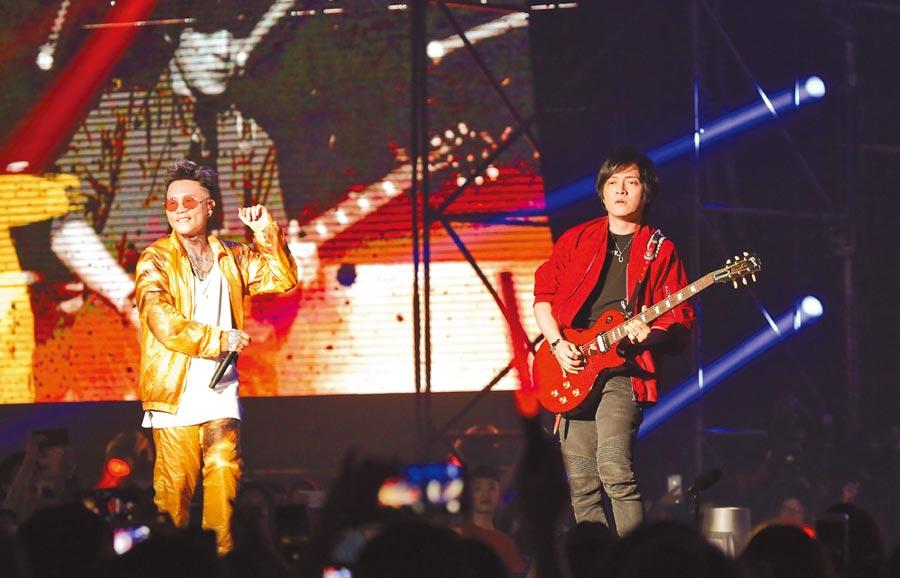 蕭秉治(左)昨首辦個唱,五月天怪獸驚喜助陣。(陳俊吉攝)