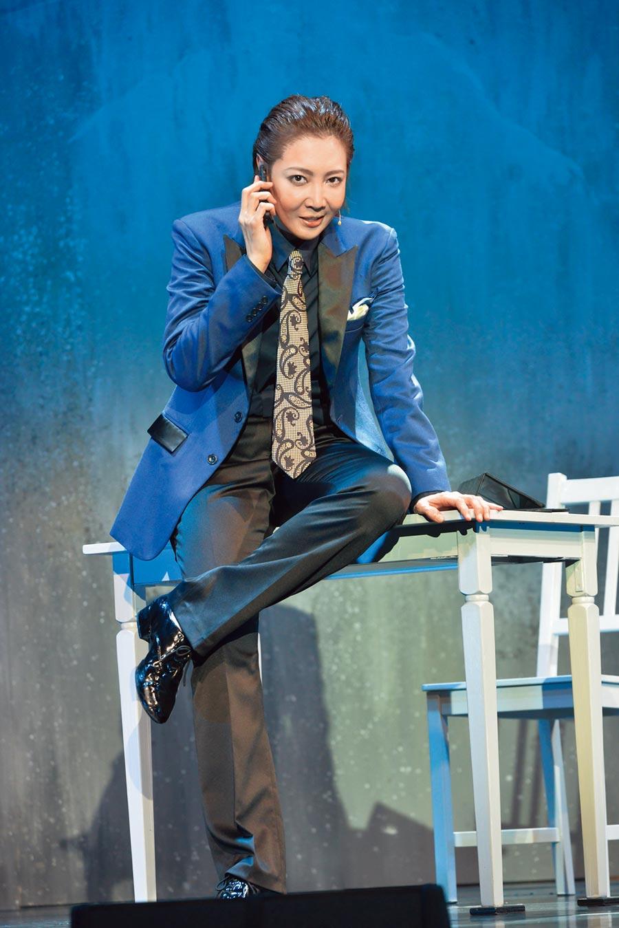 柚希禮音劇中再現男役帥姿,魅力電翻粉絲。