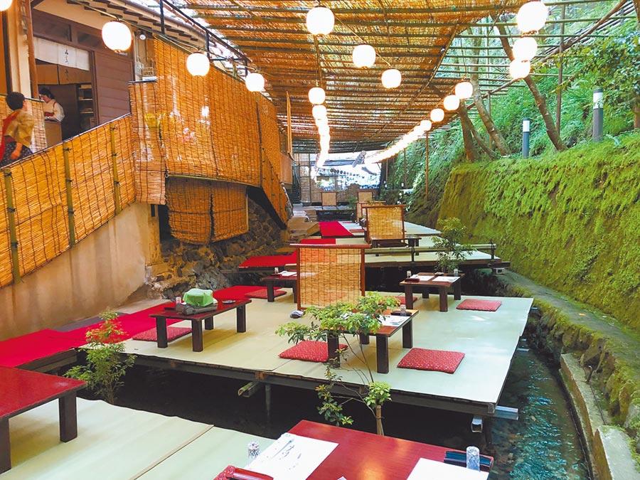 川床吃美食,體會京都特有的飲食特色。(劉育良攝)