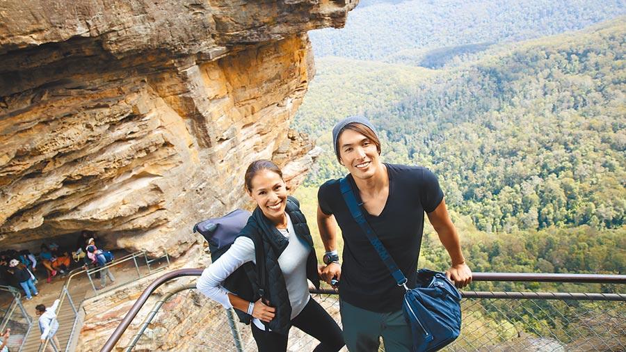 錦榮(右)加上Akemi,兩位主持人,兩種不同文化背景,為節目帶來意想不到的效果。圖片提供亞洲旅遊台
