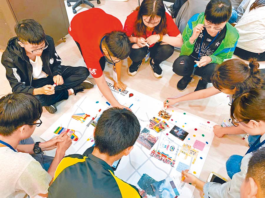 台中家商推出「優遊台中學《個人化立體相框》」及「創意手作-木工體驗跨校教師研習」創意課,展現新課綱多元學習特色。(本報資料照片)
