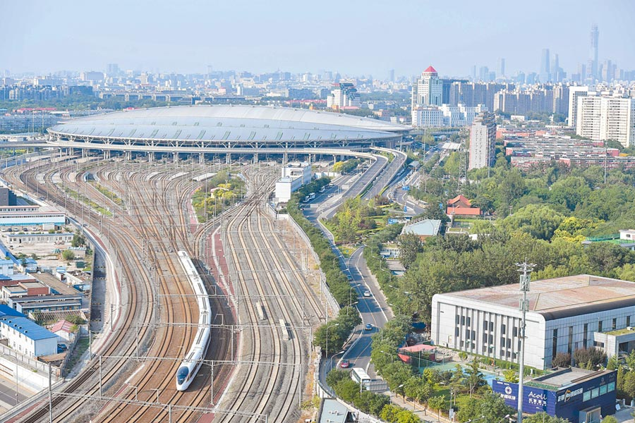 大陸明年也將在交通運輸領域,減少對外資准入的限制。圖為2017年動車組「復興號」在北京南站和上海虹橋站雙向首發。(中新社)