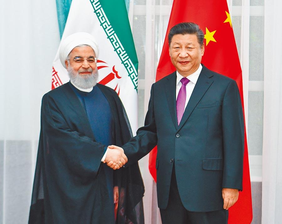 6月14日,大陸國家主席習近平(右)在比什凱克會見伊朗總統魯哈尼。 (新華社)