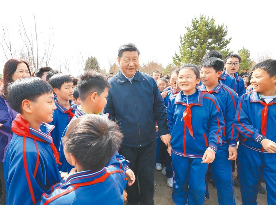 4月8日,大陸領導人習近平到北京市通州區永順鎮參加植樹活動,習和少先隊員在一起。(新華社)