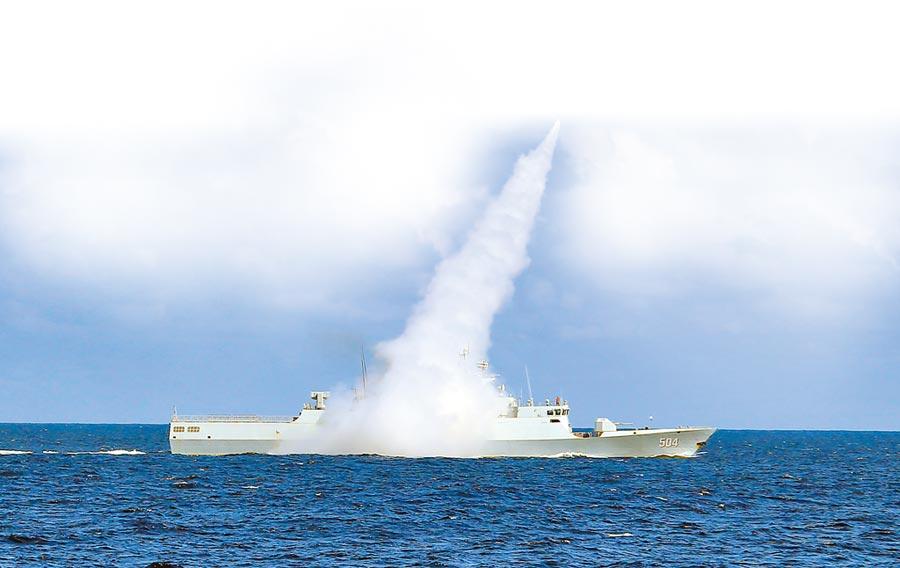 解放軍海軍在南海舉行實兵演習,護衛艦發射飛彈。(新華社資料照片)