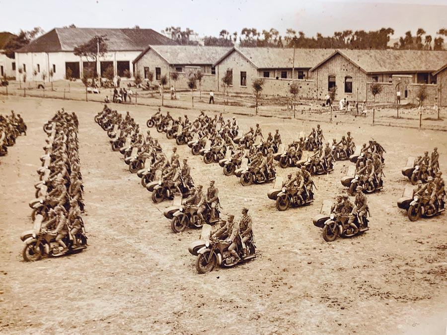 韓濟華等學員乘坐摩托車。(圖片由韓濟華在戰車學校的同班同學鄒昌吉提供)