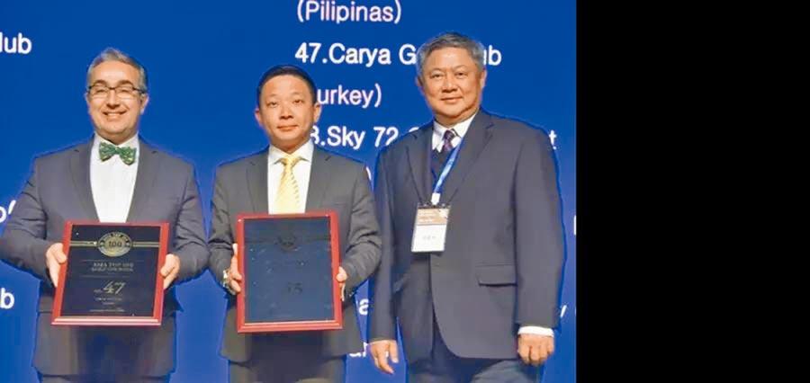 太平洋聯盟台灣分公司前董事長廖國智(右一)在馬來西亞擔任頒獎人。(廖國智提供)