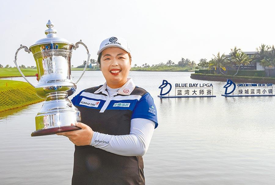 大陸職業高爾夫名將馮珊珊手捧冠軍獎杯。(新華社)