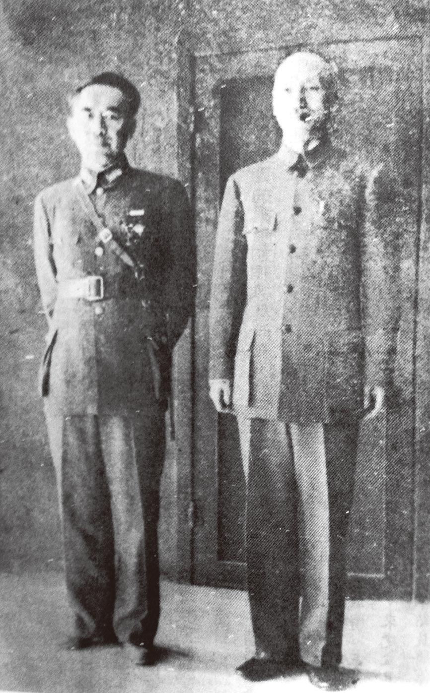 1943年秋,蔣介石(右)與盛世才在重慶合影。(秀威資訊提供)
