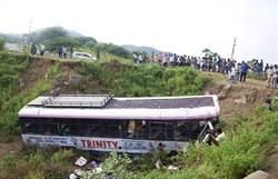 印重大車禍!巴士高速公路翻覆掉橋下 釀29死