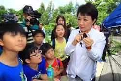 盧秀燕化身紫斑蝶導覽員教童觀察