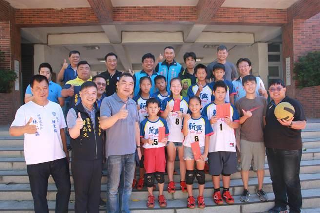 立法委員徐志榮(前排左3)抵達新興國小捐款,幫助躲避球隊出國比賽。(何冠嫻翻攝)