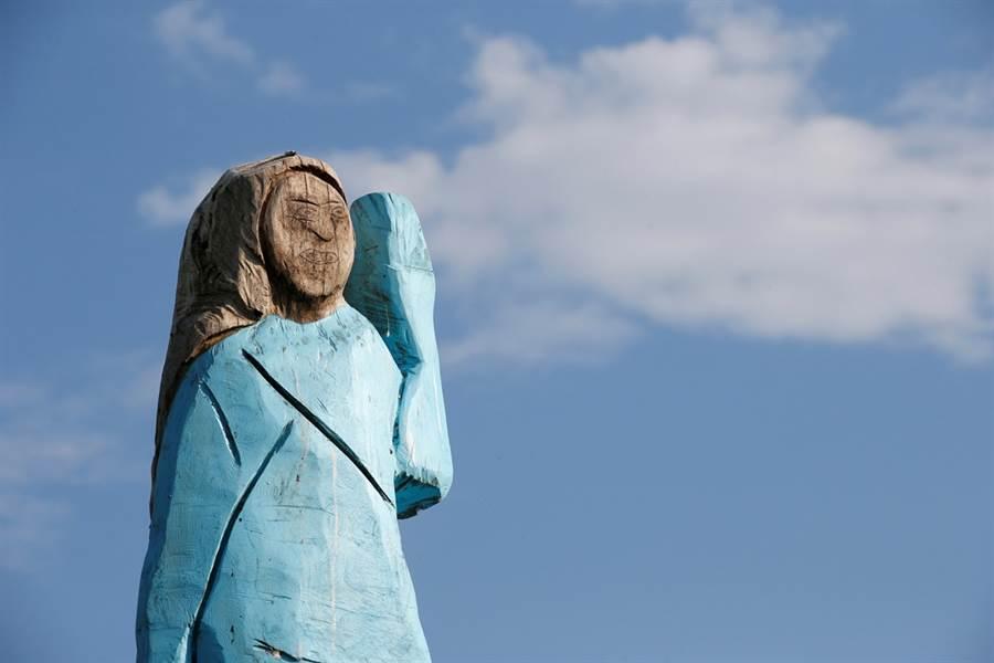 美國第一夫人梅蘭妮亞在家鄉的第一個雕像日前曝光,遭一眾鄉親父老批評不像本尊、更像藍色小精靈。(圖/路透社)