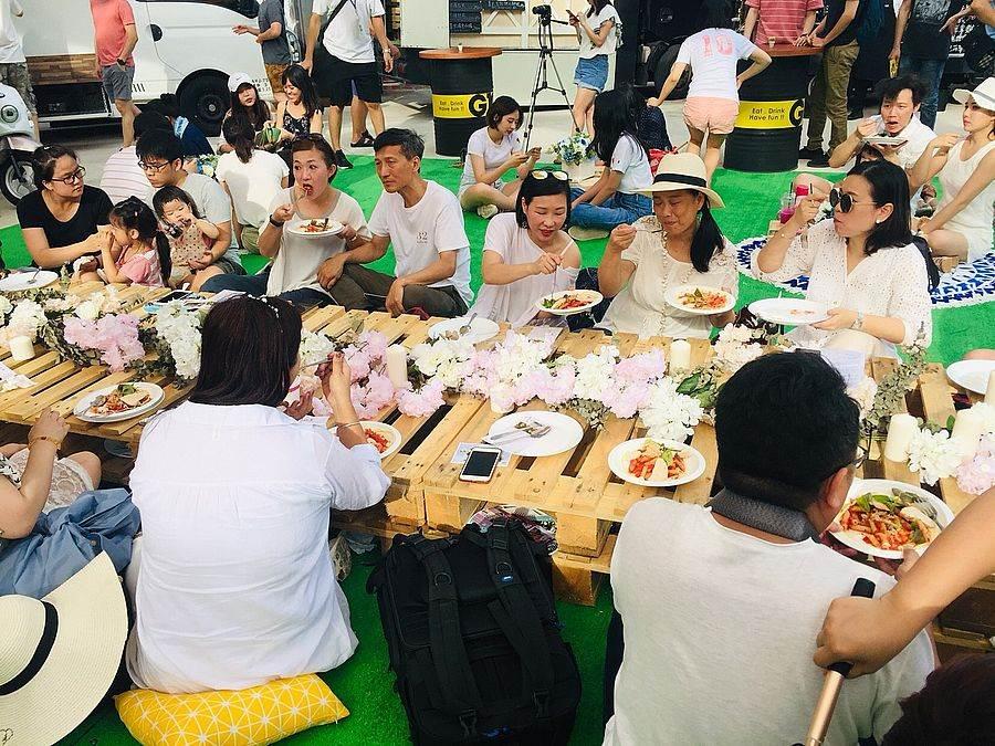「夏日微醺草地音樂派對」,百人在草地上穿白衫大開WHITE派對,品嘗精緻的「風格」餐點。(圖取自官方粉絲團)