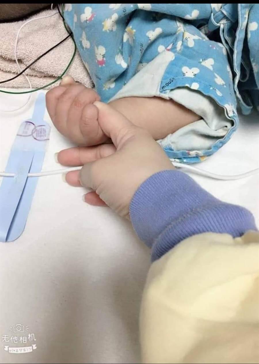 女童母親臉書PO出小手指握大手指照,在臉書上寫下對女兒的祝福(照片翻攝陳姓單親媽媽臉書)