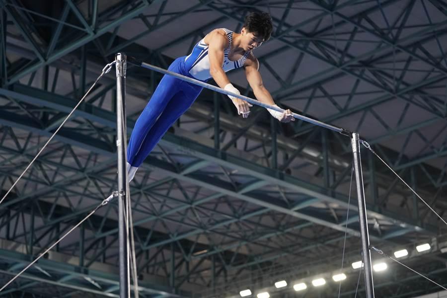 唐嘉鴻在2019世大運體操男子單項單槓奪金,這是我國在世大運第1面單槓金牌。(大專體總提供)