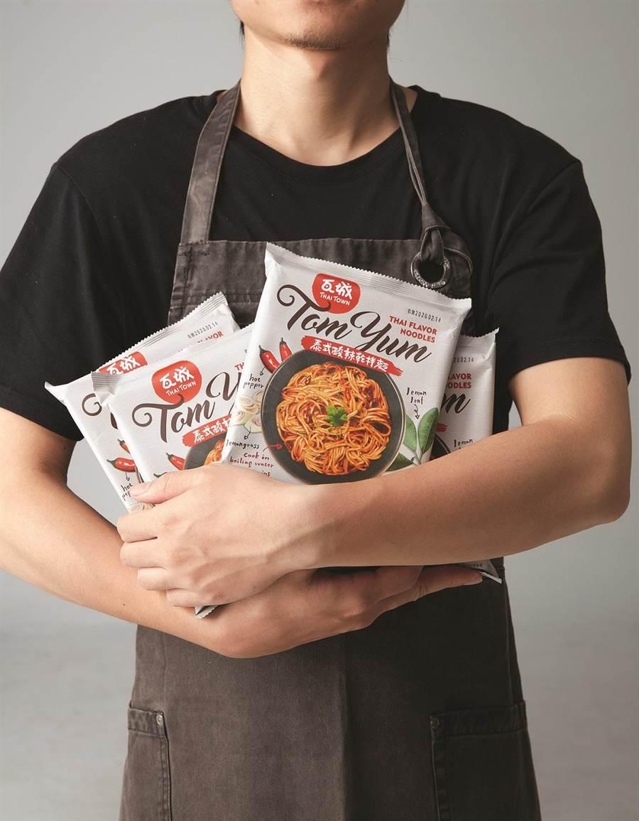 「瓦城泰式酸辣乾拌麵」上市優惠價每袋4包288元,目前只在「瓦城」指定門市限量販售。(圖/瓦城泰統集團)